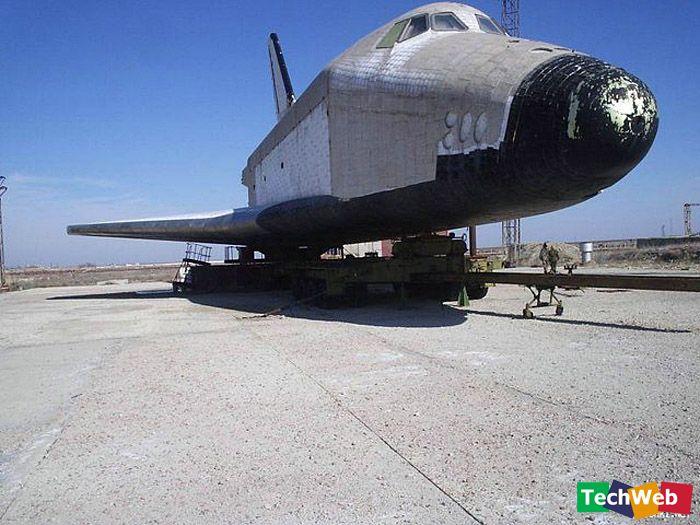 首飞成功 1988年11月15日清晨6时,苏联的暴风雪号航天飞机首次从拜科努尔航天中心2号发射台发射上天,,承担任务的是OK-1K1。47分钟之后进入一条近地点247公里,远地点256公里的轨道。这是一次无人测试飞行,所以航天飞机的生命保障系统没有运转,其上也没有安装任何软件。由于计算机存储能力的限制,暴风雪号只环绕地球飞行了2圈,3小时25分钟后按原定计划安全返航,准确降落在距发射地点12千米外,一条长4.