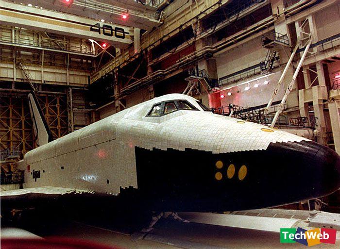 壮志难酬 1988年首飞后,用于暴风雪计划的资金濒临耗尽:仅仅是开发航天飞机系统本身就花费了13亿卢布之巨,整个项目的开销超过了200亿卢布。而前苏联当局也逐渐考虑起庞大的投资与发展航天飞机带来的益处之间的关系。暴风雪计划在某种意义上加速了苏联的瓦解;而苏联解体后,昔日的计划更是彻底失去了经济支持。1991年,苏联军方停止了对该计划的拨款支持。1993年,暴风雪航天飞机机身的设计者,莫尔尼亚联合体被迫承认,暴风雪计划就此结束。他们希望能够转向开发其他小型航天设备,但因资金不足,只能作罢。 自1988年至今